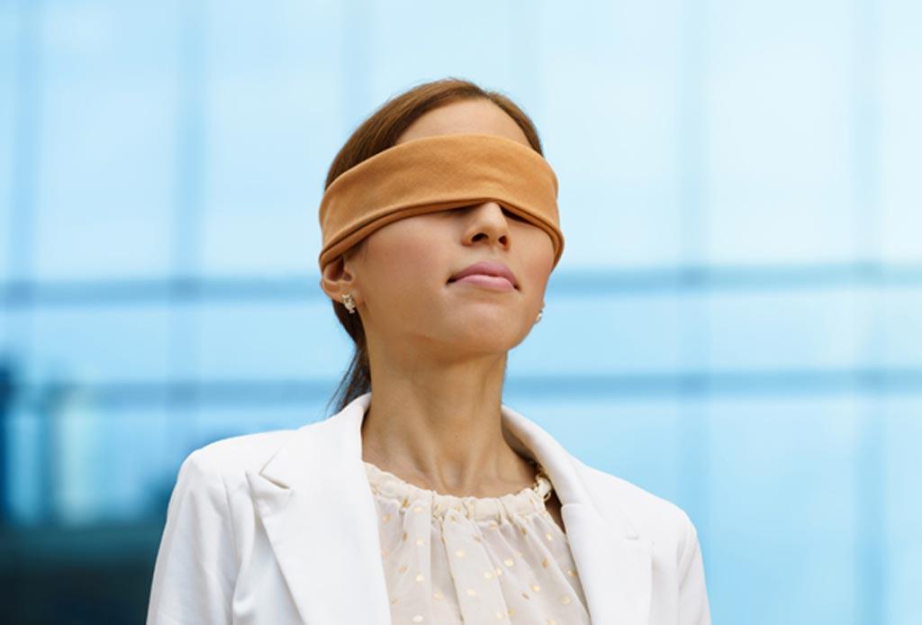 В новом исследовании утверждается, что тренировки с завязанными глазами в отделениях реанимации улучшают профессиональные навыки руководителя группы (фото любезно предоставлено Alamy).