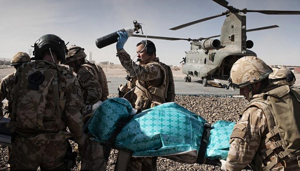 В новом исследовании утверждается, что быстрая сортировка раненых, применение кровоостанавливающих жгутов и процедуры переливания крови спасают жизни солдат (фото любезно предоставлено Getty Images).