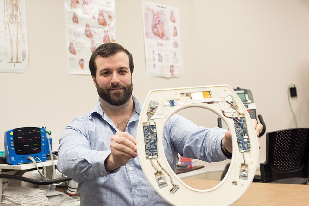 Николас Конн представляет систему мониторинга сердечно-сосудистой системы на основе сиденья унитаза (фото любезно предоставлено Сью Вайслер [Sue Weisler] / RIT).