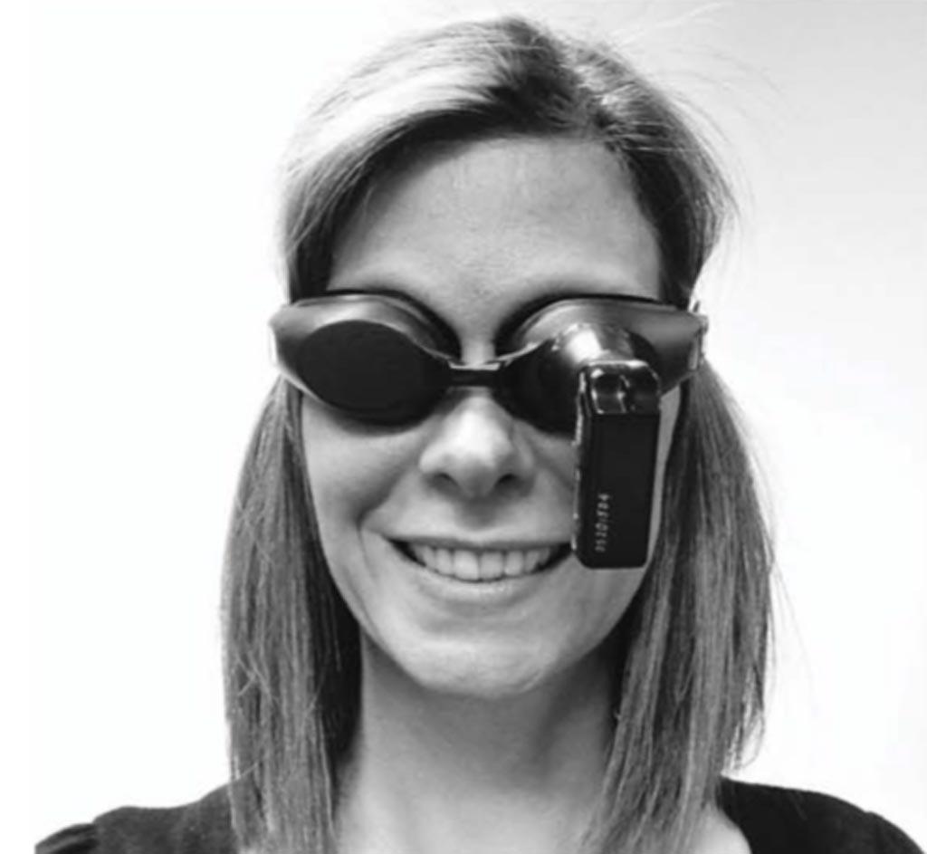 Очки с камерой, вызывающей головокружение, разработанные доктором Вельгамполой (фото любезно предоставлено журналом Neurology).