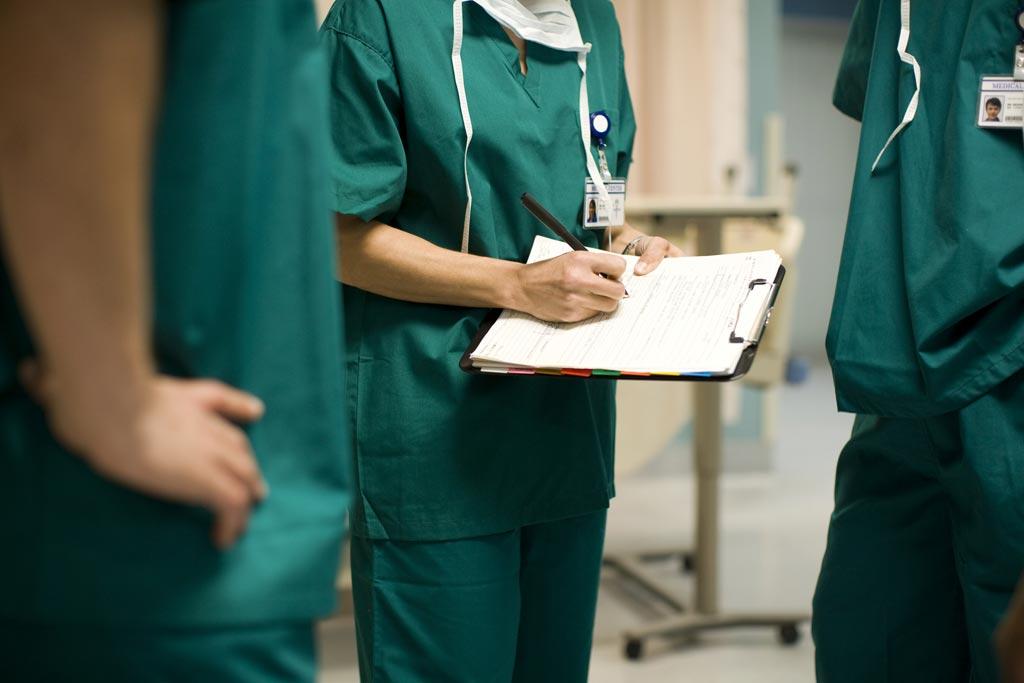 Контрольный список ВОЗ по хирургической безопасности способен сократить число случаев послеоперационных смертей (фото любезно предоставлено Getty Images).