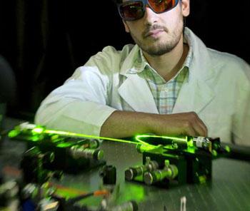 Доктор Георгиос Циминис в своей лаборатории фотоники (фото любезно предоставлено Университетом Аделаиды).