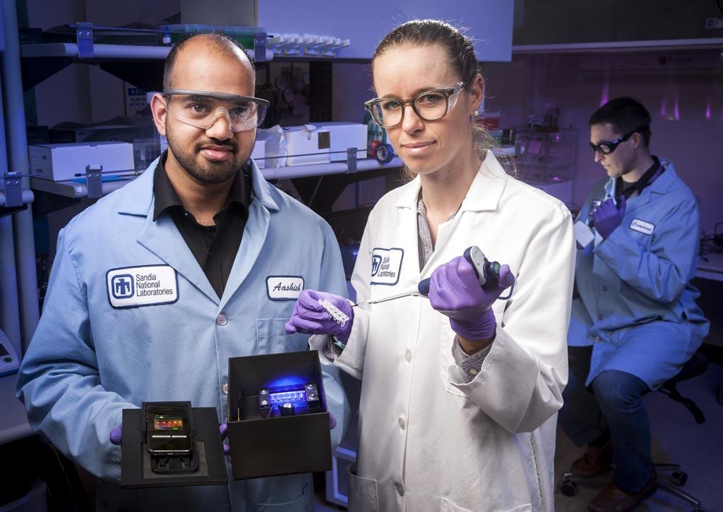 Прототип мобильного диагностического устройства, разработанного учеными и инженерами Sandia для быстрого обнаружения вируса Зика и родственных вирусов (фото любезно предоставлено Sandia National Laboratories/Randy Wong).