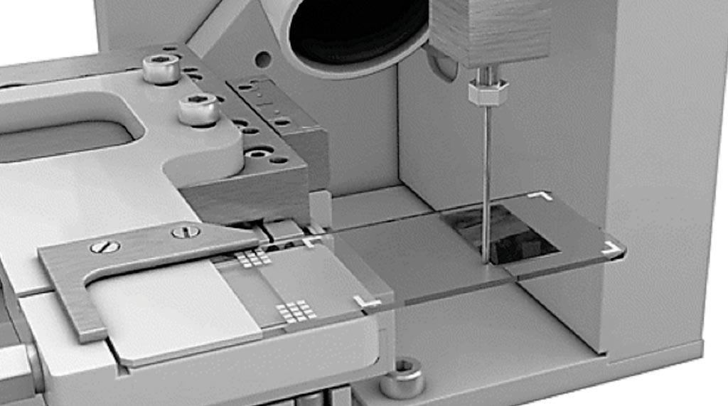 Новый автоматизированный метод на основе микроскопических препаратов: предметное стекло перемещается под тупой иглой, обеспечивая постоянный поток цельной крови. Как правило, наносится 1 мкл крови (фото любезно предоставлено доктором Джеймсом В. Винкелменом (James W. Winkelman) и соавторами).