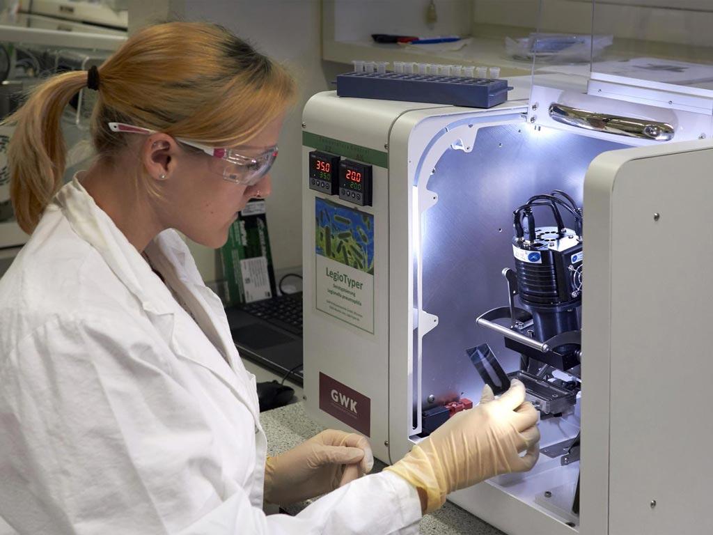 При эпидемии болезни легионеров необходимо максимально быстро и точно выявить источник патогенов, чтобы предотвратить дальнейшее распространение инфекций. В настоящее время исследователи разработали экспресс-тест, который идентифицирует Legionella pneumophila менее чем за час. На фотографии показано использование чипа LegioTyper с MCR-платформой для анализа микрочипов (изображение любезно предоставлено Йонасом Бемцем (Jonas Bemetz), Мюнхенский технический университет).